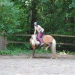 Lilja testet ihre Beweglichkeit während der Reitstunde
